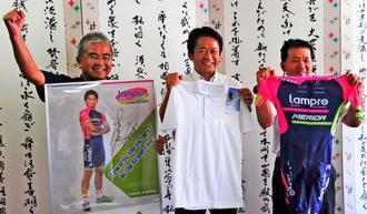 市民挙げて新城幸也選手らを応援しようと呼び掛ける(右から)父貞美さん、中山義隆市長、後援会長の平田勝男さん=石垣市役所