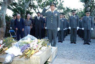 黎明之塔に参拝する自衛官ら(2005年)