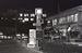 15日午前零時の復帰時計。後方は沖縄県庁に生まれ変わった琉球政府庁舎=1972年5月15日