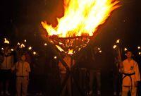 新年 炎見つめ平和願う 糸満市摩文仁で火と鐘のまつり