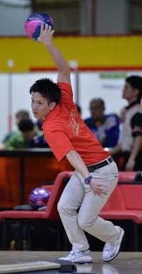 愛媛国体:ボウリング成年男子、悲願の初優勝 安里秀策選手が安定のスコア