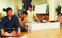 沖縄の劇団O.Z.E、衣装や小道具に公演地の特産品活用 その狙いは…?