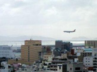 那覇から慶良間諸島方面をのぞむ。飛行機が降りてきました=8日午後5時半ごろ