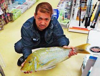 本部海岸で68・8センチ、4・52キロのタマンを釣った安里尚晃さん=5日