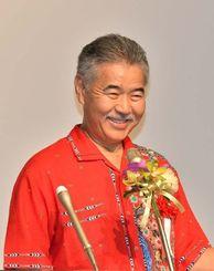 講演で笑顔を見せるデービッド・イゲ米ハワイ州知事=8日午後、那覇市・沖縄かりゆしアーバンリゾート・ナハ
