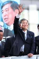 街頭演説を前に、聴衆に手を振る自民党の石破元幹事長=18日午後、JR名古屋駅前