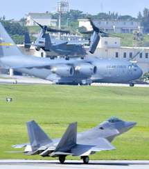 嘉手納基地を離陸する米空軍CV22オスプレイ(上)。下はタッチアンドゴーを繰り返すF22最新鋭ステルス戦闘機=6月5日午前9時21分(下地広也撮影)