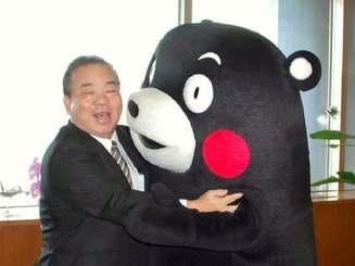 沖縄県の安慶田光男副知事に感謝を伝えたくまモン(右)=10日、沖縄県庁