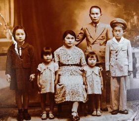 沖縄そばをカンポグランデで初めて店で出した友寄英芳さん(右から2番目)、妻シゲさん(前列右から3人目)の家族写真。一番左がアメリアさん=1945年ごろ撮影