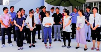 児童養護施設卒園者への支援を続ける琉球オフィスサービスの社員たち(同社提供)