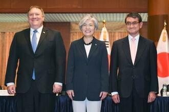 ソウルで会談に臨む(左から)ポンペオ米国務長官、韓国の康京和外相、河野外相=14日(共同)