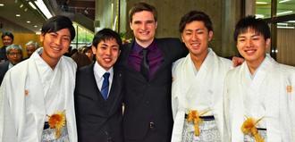 イギリスから成人式に参加したオーソンさん(中央)と友人たち=5日、金武町立中央公民館