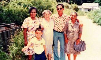 エミリー・トセイ・ミヤザトさんの祖父(右から2人目)と親戚らしき女性らの写真(沖縄ニューカレドニア友好協会提供)