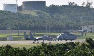 米軍普天間飛行場に着陸した嘉手納基地所属のF15戦闘機(手前)=15日午前11時すぎ、宜野湾市