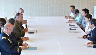 稲田朋美防衛相(右から2人目)との面談で、あいさつをする在日米軍のチャールズ・シュローティ副司令官(左奥2人目)=24日午後、名護市・オキナワマリオットリゾート&スパ