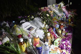 被害者の遺体発見現場の近くにはたくさんの花や飲み物が供えられた