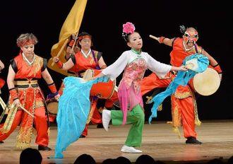 カラフルな衣装で軽快な演舞を披露した台湾太鼓協会=13日、浦添市・国立劇場おきなわ