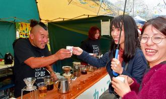 多くの来場者でにぎわったオキナワ・コーヒー・フェスティバル=9日、宜野座村・農村公園