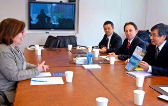 米外交問題評議会のシーラ・スミス上級研究員(左)と面談する稲嶺進名護市長(右)ら=現地時間20日、ワシントン