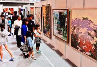 初日から熱心な美術ファンが訪れた沖展=19日、浦添市民体育館(伊藤桃子撮影)