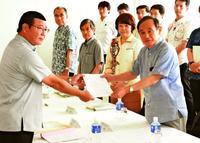 米軍倉庫移設、金武町長が容認 菅長官は振興へ協力約束