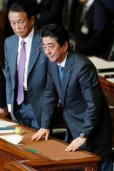 衆院本会議で内閣不信任案が反対多数で否決され一礼する安倍首相(右)=25日午後