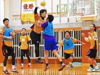 大同特殊鋼戦に向け、攻守の連係を確認するコラソンの選手=興南高校体育館(金城健太撮影)