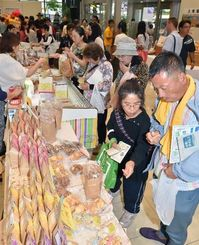 特産品販売コーナーは多くの来場者でにぎわった=26日午後、那覇市久茂地・タイムスビル1階エントランス
