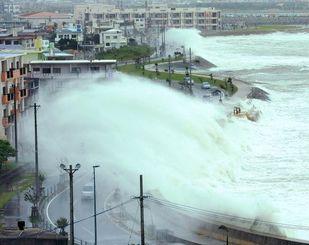 台風9号の強風と満潮が重なり、板良敷沿岸線では高波が住宅まで押し寄せた=9日午後0時53分、与那原町(長崎健一撮影)