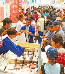 島の特産品を買い求める客でにぎわう離島フェア=21日午後、沖縄セルラーパーク那覇