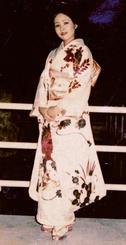 45年前の成人式で同じ振り袖を着る上原栞奈さんの祖母・直恵さん=1974年(上原俊光さん提供)