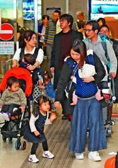 正月休みに入り、帰省や観光客でにぎわう到着ロビー=29日、那覇空港(山城知佳子撮影)