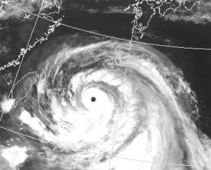 台風9号の衛星写真。目がくっきりと見える=9日午後10時現在、気象庁のホームページから