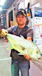 与那原海岸で72.5センチ、3.52キロのオニヒラアジを釣った瀬底長和さん=10月24日