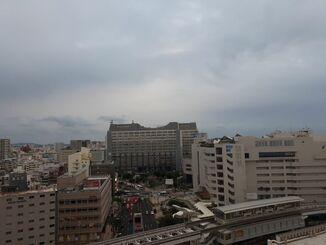 那覇市の上空=13日午後5時半ごろ