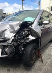 外国人が運転するレンタカーと衝突事故にあった県内在住夫妻の車両。車両前部が損壊し、廃車となった(提供)