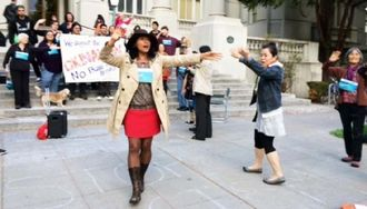 バークレー市議会の開会前に市庁舎前でセレモニーを行う池原えりこさん(中央)ら関係者