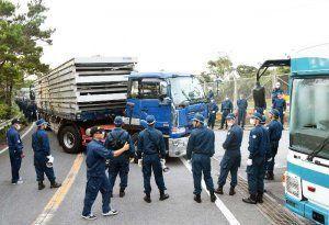 ヘリパッド建設資材とみられるものを続々と搬入する工事車両=12日午前6時12分、東村高江