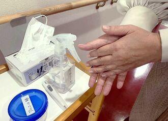 入り口では、アルコールによる手消毒を徹底させている=7日、那覇市・特別養護老人ホームなごみ