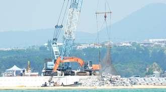 「K4」護岸接続のために海中に投入される砕石=30日、名護市辺野古・キャンプ・シュワブ沿岸