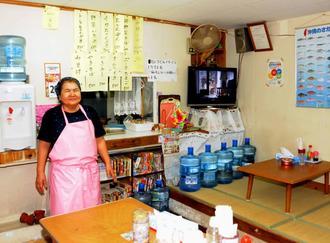 どこか懐かしい風情の「南国食堂」と、台所を切り盛りする上原敦子さん=八重瀬町港川
