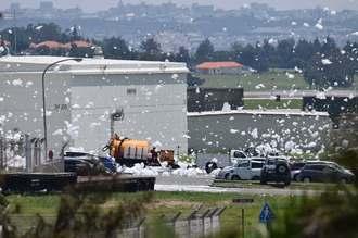 嘉手納基地内で確認された消火剤とみられる大量の泡=4日午後1時20分、嘉手納町