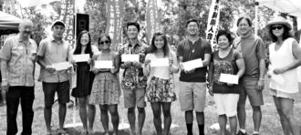エディー神谷会長(左端)と9人の奨学金授与者