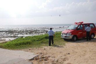注意を呼び掛けながら海岸付近を巡回する消防署員=26日午前11時ごろ、糸満市・大度浜