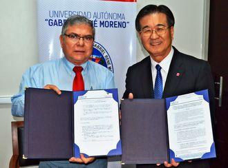 協定を結んだオスワルド・ウヨア副学長(左)と山里勝己学長=ボリビア・サンタクルス市