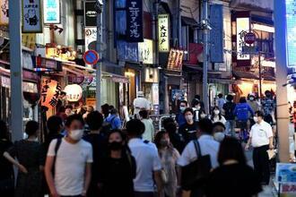 居酒屋などが並ぶ東京・上野の通りを歩く大勢の人たち=30日夕