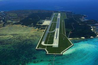 周辺の土地に防災訓練施設の整備も検討されている下地島空港=2005年4月撮影