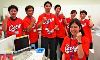 「日本一目指して頑張ってほしい」とエールを送るコザ信金の行員ら=27日、沖縄市・コザ信用金庫本店