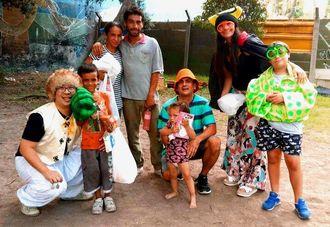 大みそかに仮装姿で市内を回り、ホームレスの人に食事を配ったエルナンさん(左)ら=アルゼンチン・ブエノスアイレス市内