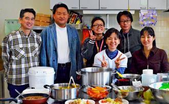 特別賞受賞を喜ぶ浦添小学校PTAの梁裕之会長(左から2人目)らメンバー=21日、浦添市仲間・うらそえぐすく児童センター